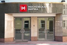 Рубль вырос к доллару и